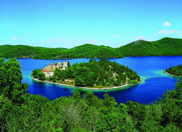 Au centre de lîle, un monastère et son lac salé, entouré du parc national (c) dubrovnik-area.com